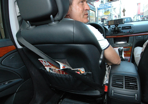 Taxifahrer ohne Gurt